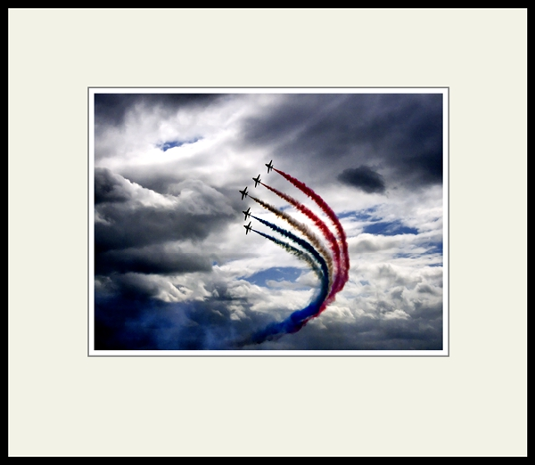 Try classic thin black metal frame for Red Arrows images